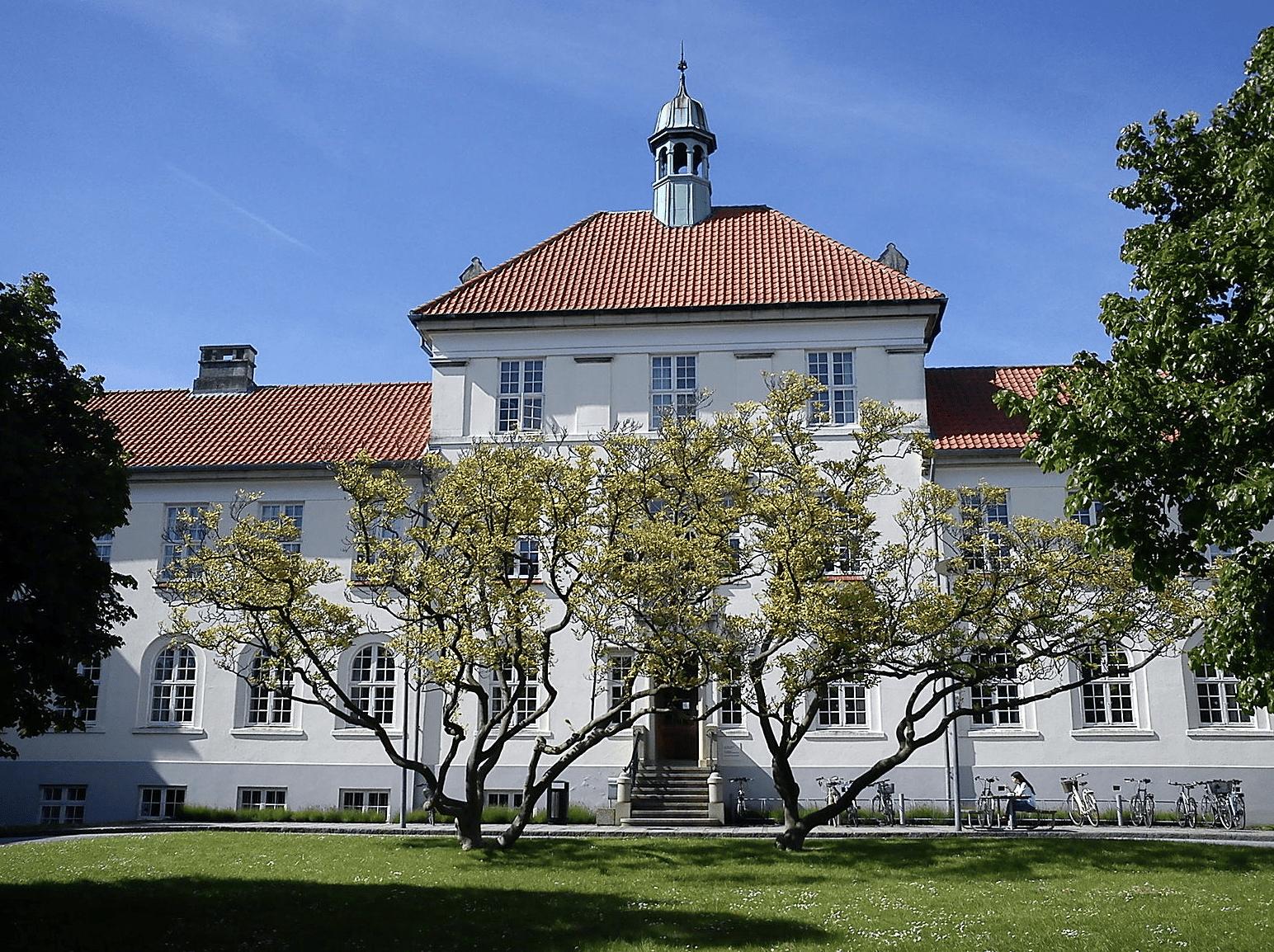 Victor Albeck-Bygningen i Universitetsparken.